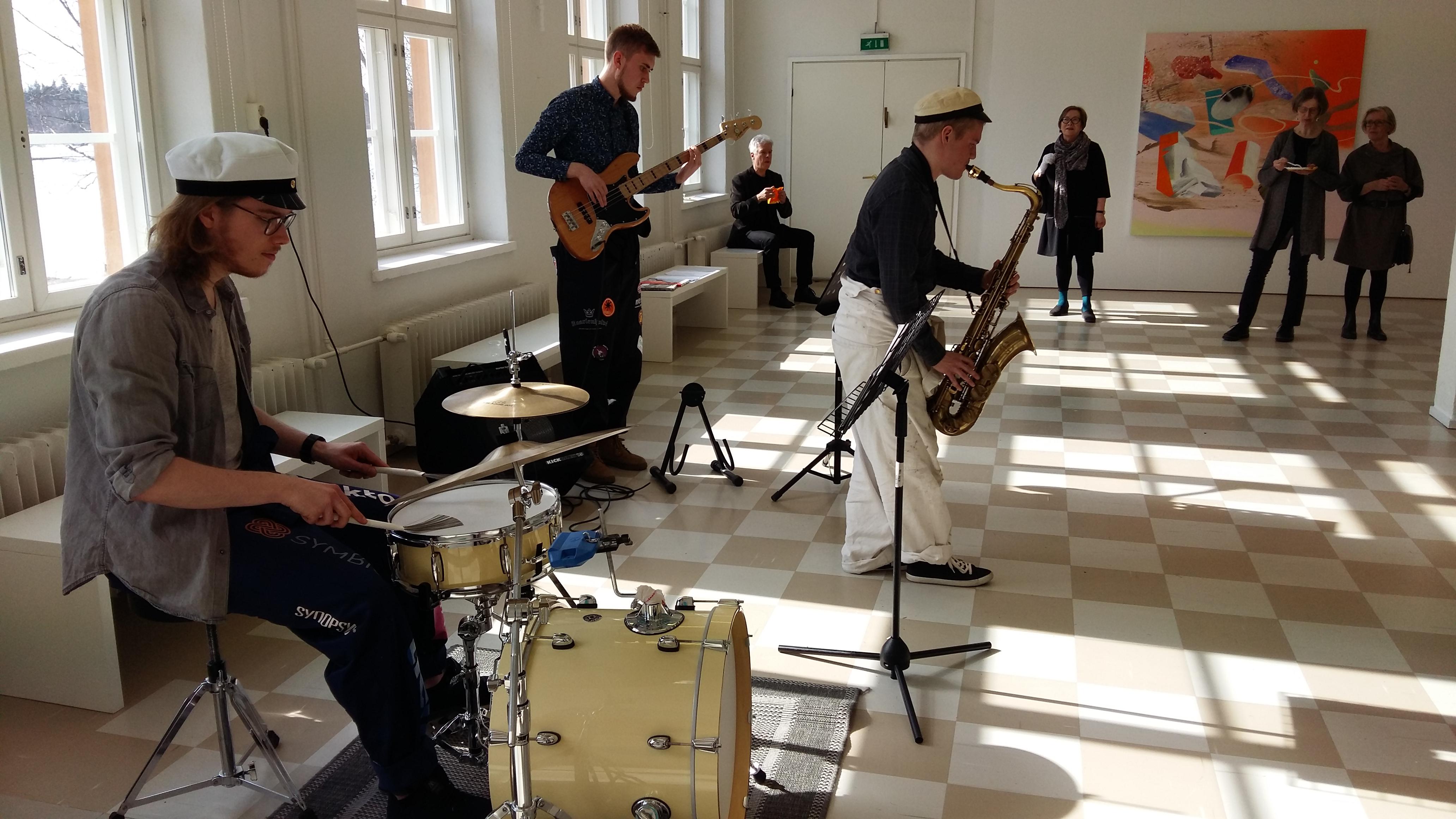 JK-arkkitehtien uuden toimiston vieressä sijaitsevassa Galleria Harmajassa saatiin avajaisiltana nauttia musiikista ja taidenäyttelystä