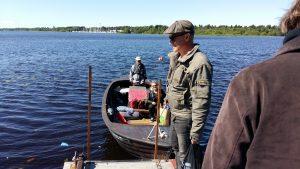 Pikisaaresta Varjakkaan mentiin perinteisellä puuveneellä